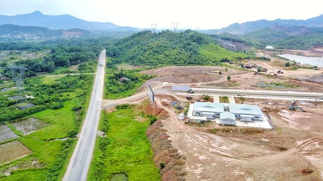 Vị trí dự án được tiếp cận với tuyến đường quốc lộ 1A kết nối với đường cao tốc Đà Nẵng-Quảng Ngãi, đường Nguyễn Tất Thành nối dài và đường DT602, tương lai không xa sẽ có tuyến metro và tuyến xe bus.