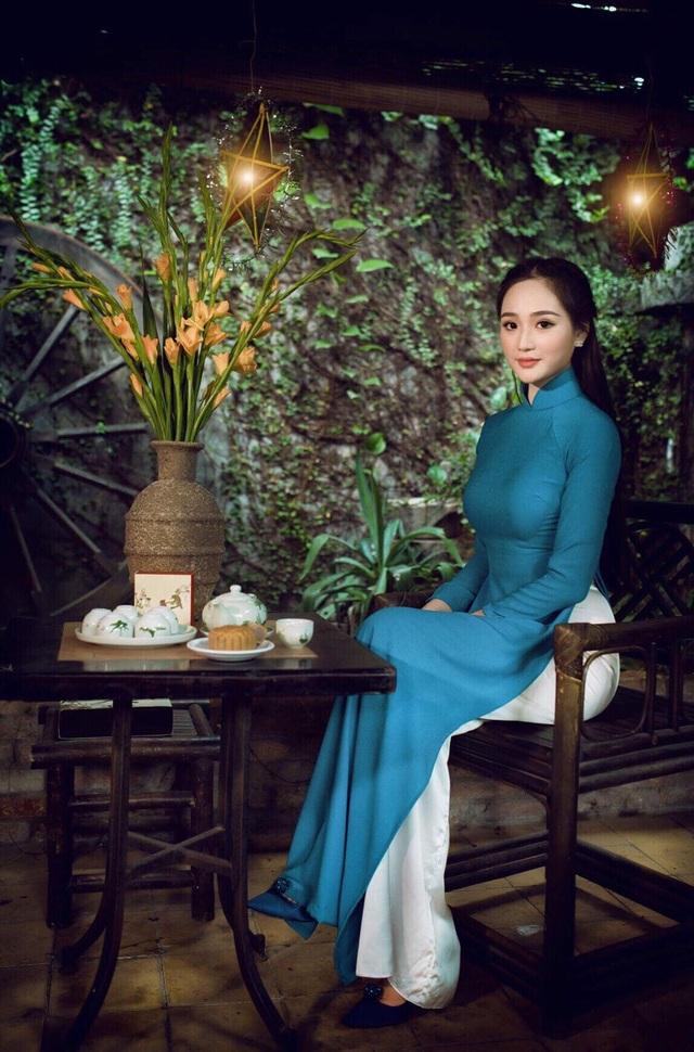 Nguyễn Oanh nền nã với áo dài.