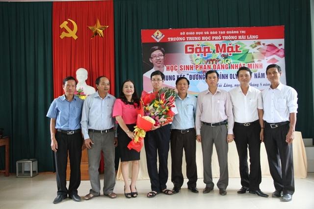 Lãnh đạo ngành giáo dục và chính quyền tặng hoa động viên em Nhật Minh