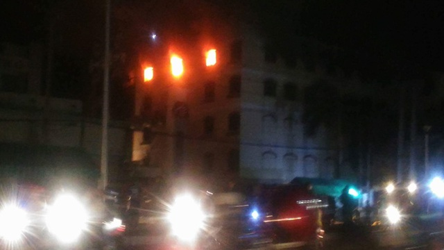 Ngọn lửa bùng phát trở lại lúc 19h15 tối nay 26/3 (ảnh CTV)