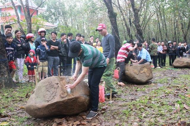 Mỗi đội được Ban tổ chức chuẩn bị sẵn một khối đá lớn