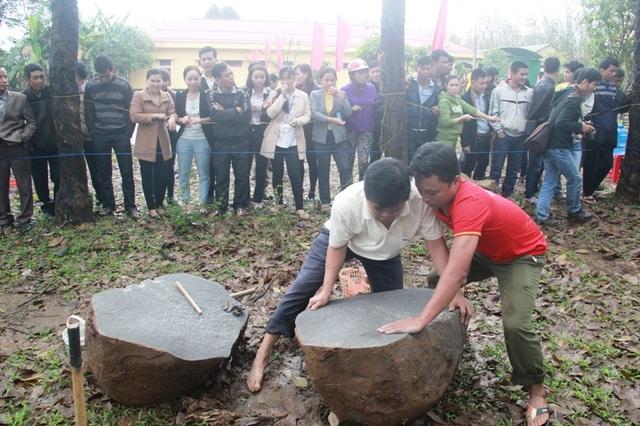 Tách khối đá thành hai phần để chẻ viên