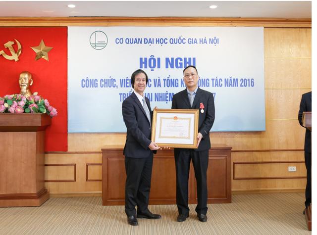 PGS.TS Nguyễn Kim Sơn, Giám đốc ĐHQGHN trao Huân Chương Lao động hạng III của Chủ tịch nước cho GS Nguyễn Đình Đức, 2016