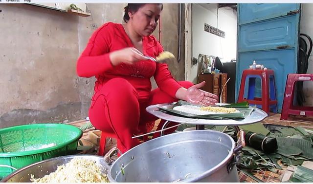 Năm nay, do nhà ít người, gia đình bà Kỉnh chỉ gói 60kg gạo nếp. (Ảnh Khánh Hồng)