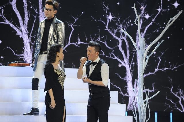 """Hai ca khúc Anh cứ đi đi - Phía sau một cô gái qua giọng hát của các thí sinh và sự """"minh họa"""" từ huấn luyện viên đã mang đến nhiều tiếng cười cho khán giả."""