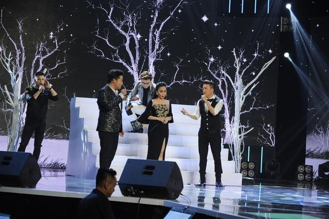 """Theo đó, ca sĩ Đàm Vĩnh Hưng, Cẩm Ly, Quang Lê và cả MC Chí Thiện được mời lên sân khấu để thị phạm với sự """"chỉ đạo"""" từ """"đạo diễn"""" Minh Vy."""