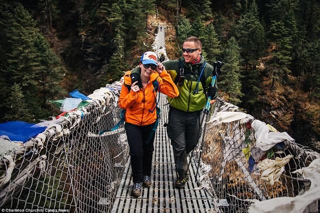 Hành trình chinh phục Everest đầy khó khăn của cặp đôi người Mỹ