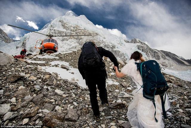 Chú rể kéo tay cô dâu cùng nhau vượt qua khó khăn
