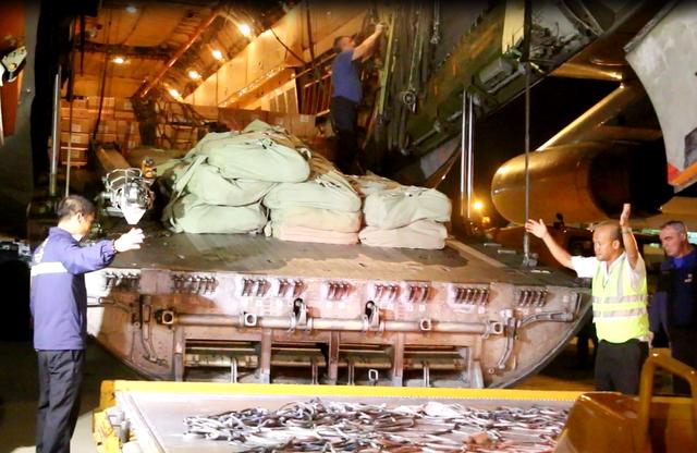 Máy bay vận tải IL-76 của Liên bang Nga chở theo 40 tấn hàng cứu trợ đáp xuống Cảng Hàng không Quốc tế Cam Ranh