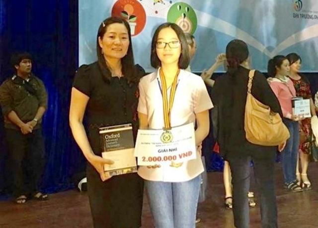 Nữ sinh Đặng Quỳnh Giao cùng mẹ