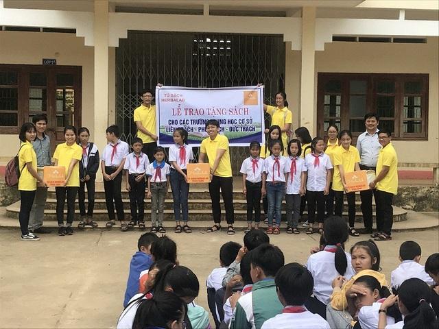 Nhóm dự án Herbalab tặng sách cho học sinh tại các Trường THCS Liên Trạch, Đức Trạch và Phú Trạch (huyện Bố Trạch)
