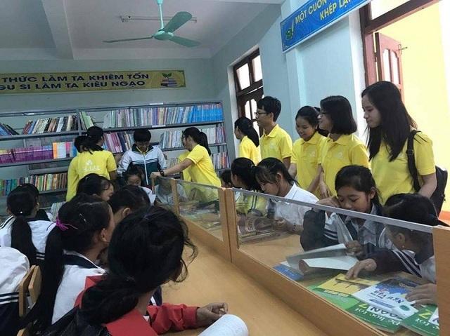 Nguồn thu từ việc bán các sản phẩm sẽ được dùng đễ mua sách hỗ trợ cho các em học sinh nghèo