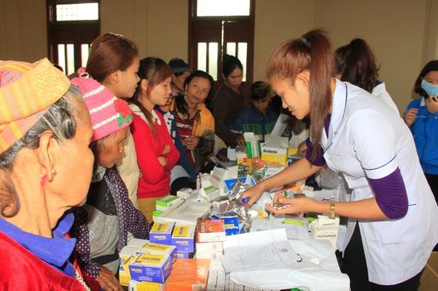 Lực lượng đoàn viên khám và cấp thuốc cho người dân