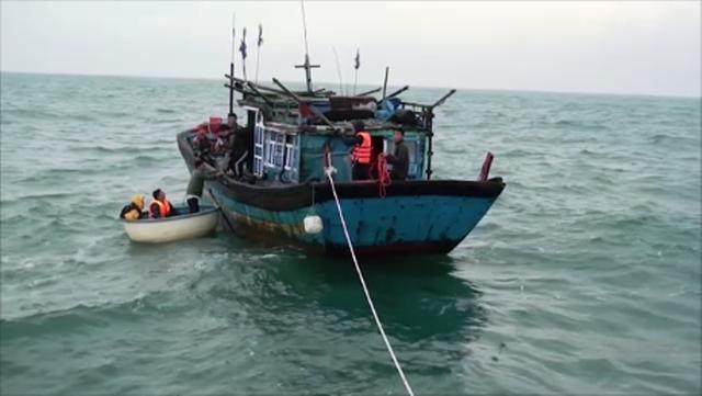 Lực lượng cứu hộ tiếp cận tàu cá và đưa các ngư dân vào bờ an toàn (Ảnh minh họa)