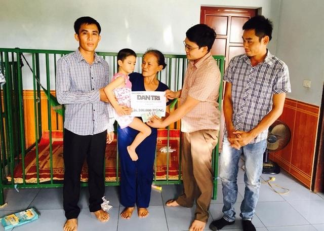 Phóng viên Dân trí trao số tiền của bạn đọc ủng hộ cho gia đình Thanh Trúc