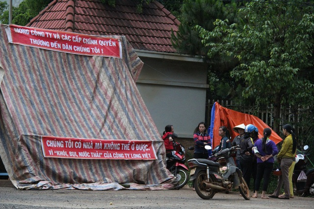 Từ sáng 11/5, người dân đã kéo đến dựng lều bạt ngay trước cổng công ty gỗ để phản đối hoạt động gây ô nhiễm