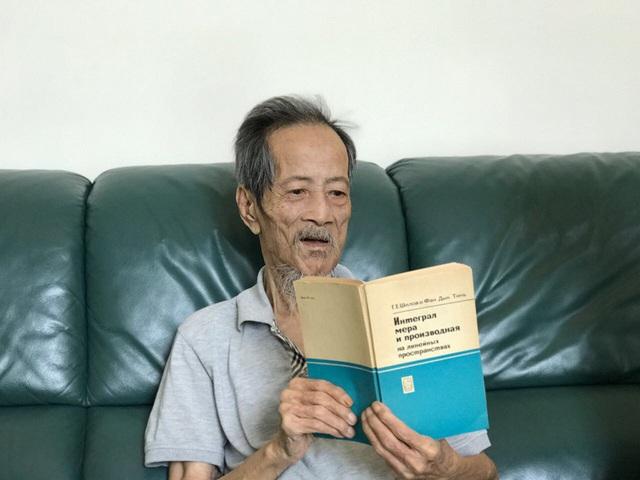 Thầy Phan Đức Chính với cuốn sách xuất bản tại Liên Xô từ năm 1967
