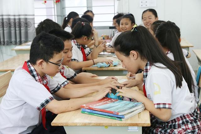 Học nhóm trong một buổi học chương trình tiếng Anh tích hợp