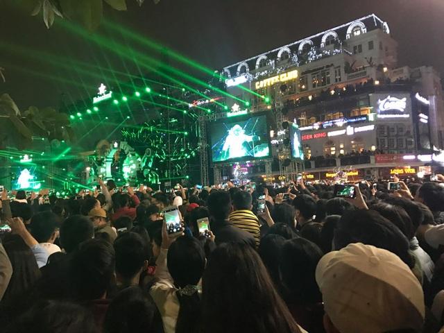 Dòng người đổ về trung tâm đón chào năm mới 2018 - 9