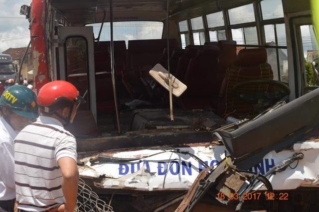 Chiếc xe khách chở học sinh trong vụ tai nạn