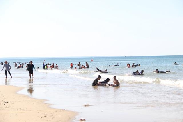 Người dân đổ về các bãi tắm để nghỉ ngơi và thưởng thức hải sản