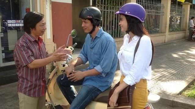 Đạo diễn Cao Minh trao đổi với hai diễn viên khi quay Thề không gục ngã.