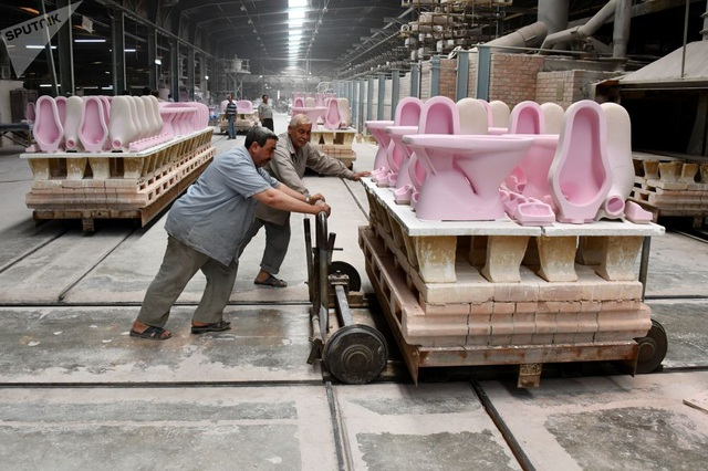 Người lao động trong một nhà máy sản xuất các sản phẩm gốm sứ ở Hama, Syria (Ảnh: Sputnik)