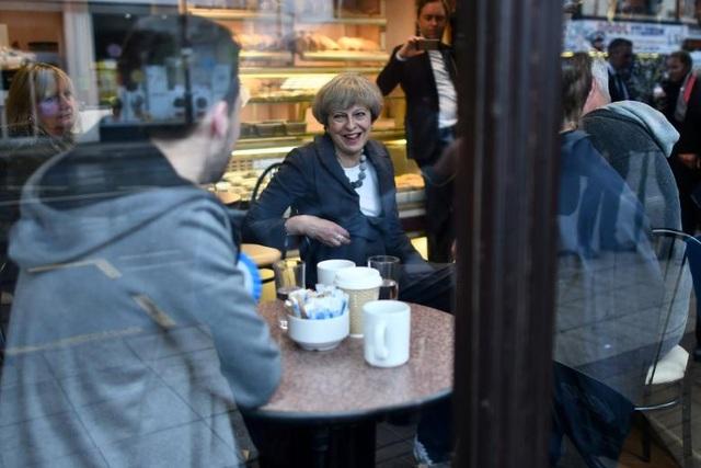 Thủ tướng Anh Theresa May ghé một tiệm bánh trong cuộc vận động tranh cử ở Fleetwood, Lancashire, Anh (Ảnh: Reuters)