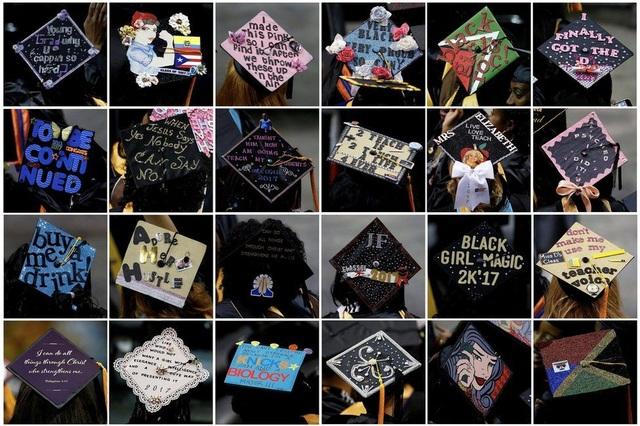 Các sinh viên tốt nghiệp trường Medgar Evers tại quận Brooklyn ở New York, Mỹ viết các thông điệp khác nhau lên mũ trong lễ tốt nghiệp (Ảnh: Reuters)