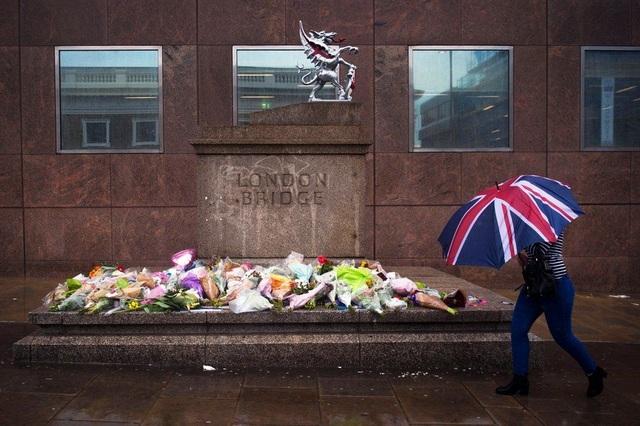 Hoa được đặt để tưởng niệm những người thiệt mạng trong vụ tấn công khủng bố tại cầu London ở London, Anh (Ảnh: EPA)