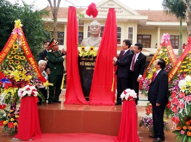 Lễ khánh thành tượng Đại tướng tại Trường THPT chuyên Võ Nguyên Giáp Quảng Bình