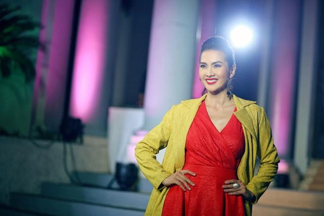 Sau cuộc hôn nhân không hạnh phúc dẫn đến ly dị lần đầu tiên chia sẻ với công chúng, người mẫu - diễn viên Anh Thư đã bắt đầu quay trở lại với công việc của mình và cô vẫn giữ được phong độ và sự tươi trẻ dù đã bước sang tuổi 34.