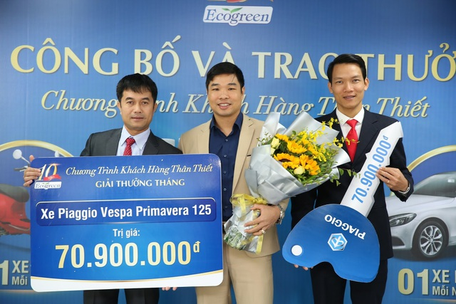 Đại diện công ty Dược phẩm ECO trao chứng nhận trúng giải cho Anh Nguyễn Trung Kiên.