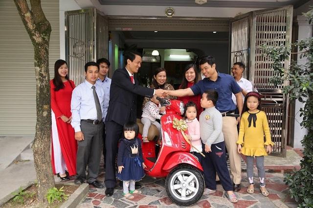 Giải thưởng được trao đến tận nhà anh Trung Kiên (TP. Phủ Lý, Hà Nam). Niềm hạnh phúc của gia đình anh Trung Kiên khi nhận giải thưởng của Chương trình.