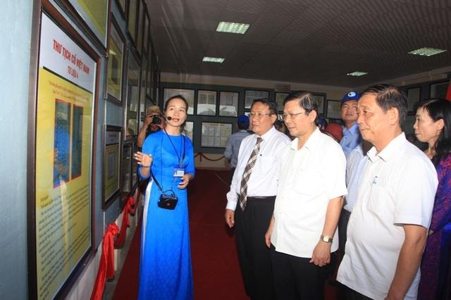 Cán bộ lãnh đạo và nhân dân tìm hiểu tư liệu tại triển lãm