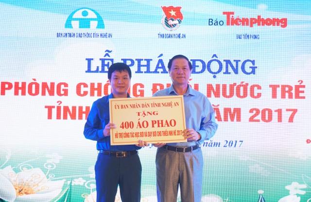 Ông Lê Minh Thông, Phó Chủ tịch UBND tỉnh Nghệ An trao tặng 400 chiếc áo phao hỗ trợ công tác học bơi, dạy bơi cho thiếu nhi hè 2017