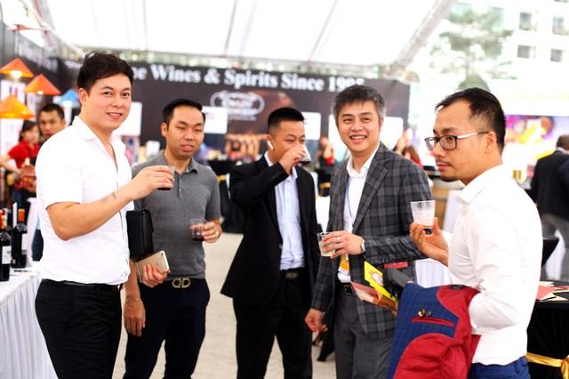 Khách Việt Nam và nước ngoài thưởng thức đồ uống tại hội chợ.