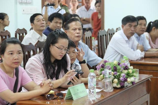 Ông Phan Chí Lộc (cầm hoa) tại buổi xin lỗi công khai