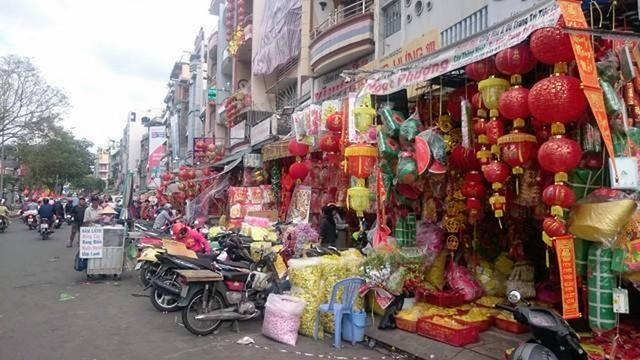 Thị trường hàng trang trí Tết năm nay sôi động từ rất sớm với đủ màu sắc rực rỡ