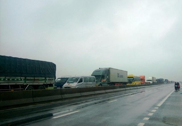 Vụ tai nạn khiến giao thông bị ùn tắc nghiêm trọng. (Ảnh T.P)
