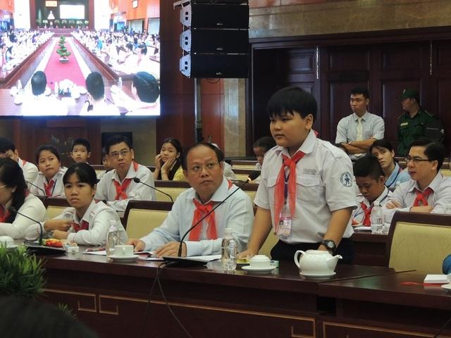 Học sinh TPHCM phát biểu ý kiến trong buổi gặp gỡ với lãnh đạo thành phố.