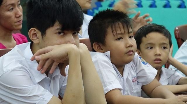 Học trò ở lớp học ban đêm của Trường phổ cập phường 12, Q. Bình Thạnh đều có hoàn cảnh rất đặc biệt. Nhiều em mồ côi, bị bỏ rơi...