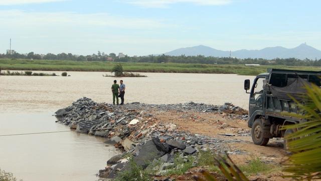 Doanh nghiệp tận dụng phế thải VLXD làm nhiều con đường ngoằn ngoèo dưới lòng sông Ba