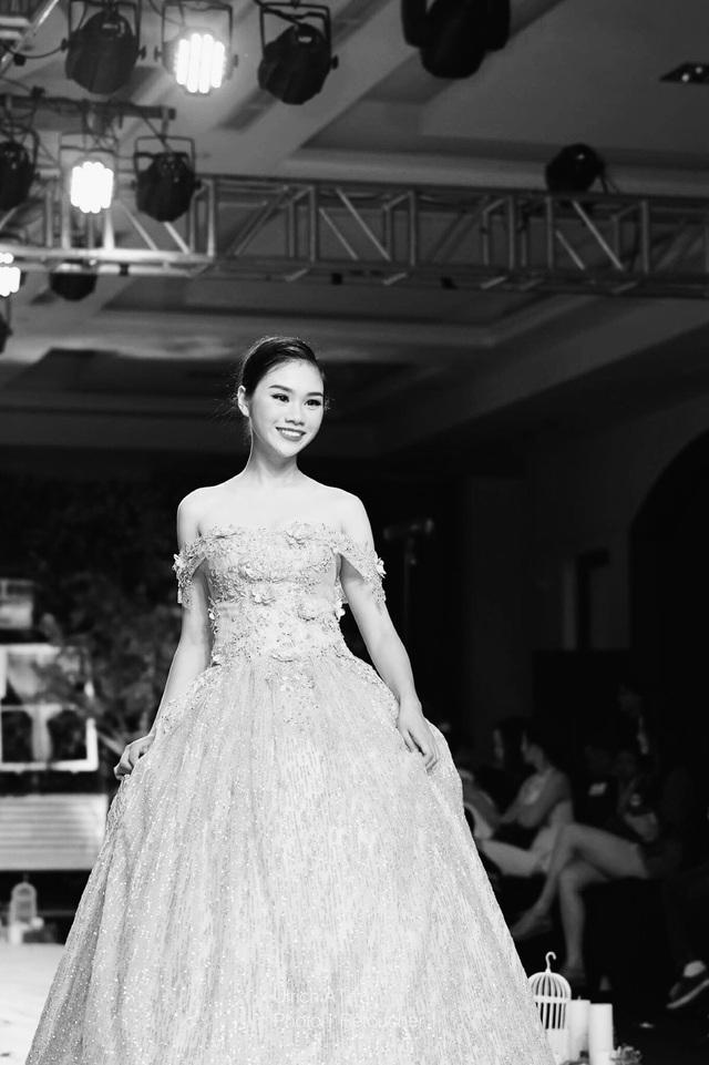 Cô nữ sinh Trường THPT chuyên Lê Hồng Phong, TPHCM Lê Vũ Thục Anh dễ thương trên sân khấu