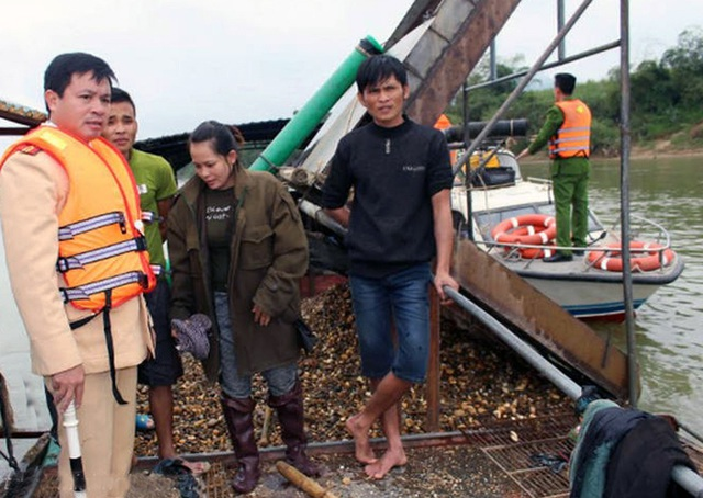 Chủ tàu hút sỏi trên sông Lam bị bắt giữ. (Ảnh: Thái Hiền)