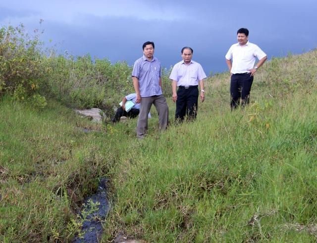 Đoàn kiểm tra liên ngành do ông Trần Hữu Thế, Phó Chủ tịch UBND tỉnh Phú Yên kiểm tra thân đập hồ Buôn La Bách