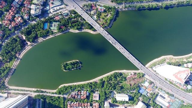 Hồ Linh Đàm nằm ở phía Nam Thủ đô, thuộc phường Hoàng Liệt (Hoàng Mai – Hà Nội) có diện tích mặt nước khoảng 74 ha bao quanh khu đô thị Linh Đàm. Hồ có mặt nước trong xanh, nổi bật bởi vẻ đẹp hoang sơ, trong lành.
