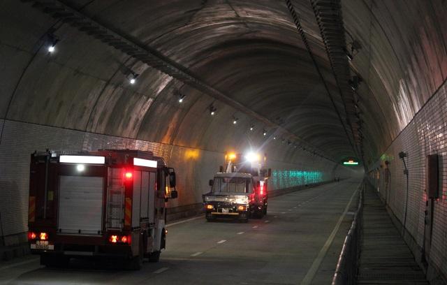 Xe cứu hộ kéo xe hỏng rời khỏi hiện trường đảm bảo không gây ra tình trạng ùn tắc giao thông