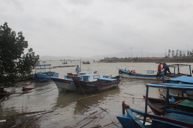 104 tàu thuyền bị chìm và cuốn trôi
