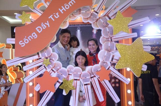 Gia đình diễn viên Bình Minh - Anh Thơ xuất hiện rạng rỡ tại Magic Studio của FWD